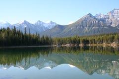Lago y montañas fotografía de archivo