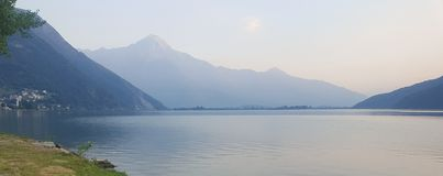 Lago y montañas en crepúsculo fotografía de archivo