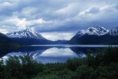 Lago y montañas en el crepúsculo fotografía de archivo