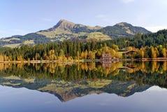 Lago y montañas en Schwarzsee - Kitzbuhel Austr Foto de archivo