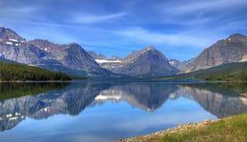 Lago y montañas escénicos fotografía de archivo