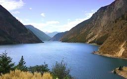 Lago y montañas grandes imagen de archivo