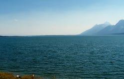 Lago y montañas hermosos Imagen de archivo libre de regalías