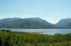 Lago y montañas hermosos Foto de archivo libre de regalías