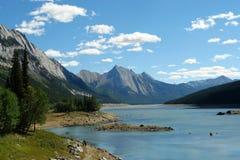 Lago y montañas medicine fotos de archivo
