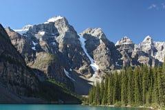 Lago y montañas moraine imagenes de archivo