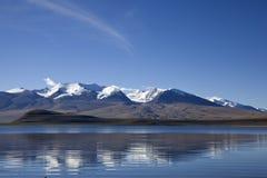 Lago y montañas Nevado Imágenes de archivo libres de regalías