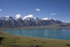 Lago y montañas Nevado Imagen de archivo