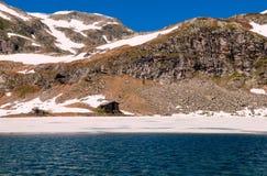 Lago y montañas nevosas Imágenes de archivo libres de regalías