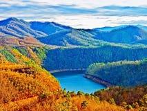 Lago y montañas por la tarde fotografía de archivo libre de regalías