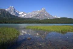 Lago y montaje Howse waterfowl Imágenes de archivo libres de regalías