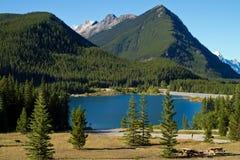 Lago y Mountain View Alberta, Canadá foto de archivo libre de regalías