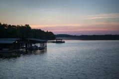 Lago y muelle del barco en la salida del sol Fotografía de archivo