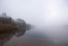 Lago y niebla Imagenes de archivo