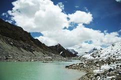 Lago y nubes mountain Fotos de archivo