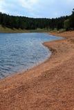 Lago y orilla Imágenes de archivo libres de regalías