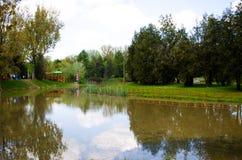 Lago y parque Imagen de archivo libre de regalías