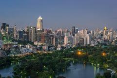 Lago y parque rodeados por el edificio moderno en la ciudad de Bangkok, Tha Imágenes de archivo libres de regalías