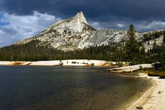 Lago y pico cathedral Imagenes de archivo