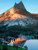 Lago y pico cathedral Imagen de archivo