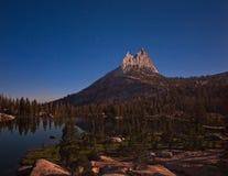 Lago y pico cathedral Foto de archivo