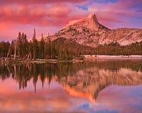 Lago y pico cathedral Imágenes de archivo libres de regalías