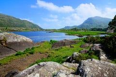 Lago y picos superiores del parque nacional de Killarney, anillo de Kerry, Irlanda imagenes de archivo