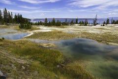 Lago y piscinas Yellowstone Imágenes de archivo libres de regalías