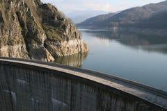 Lago y presa 3 Vidraru Imágenes de archivo libres de regalías