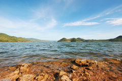 Lago y presa Foto de archivo libre de regalías