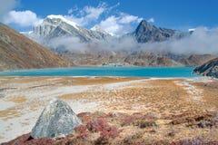 Lago y pueblo, Everest Gokyo fotos de archivo