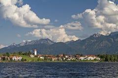 Lago y pueblo Hopfen fotos de archivo