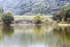 Lago y puente en parque del phuong del cuc Fotografía de archivo libre de regalías