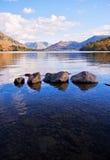 Lago y rocas Imágenes de archivo libres de regalías