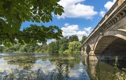 Lago y Serpentine Bridge serpentinos en Hyde Park imágenes de archivo libres de regalías