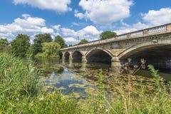 Lago y Serpentine Bridge serpentinos en Hyde Park, Londres Imagenes de archivo
