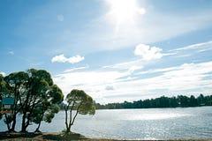 Lago y sol. Fotografía de archivo