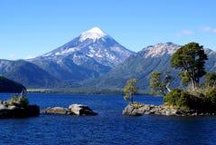 Lago y volcán Foto de archivo libre de regalías