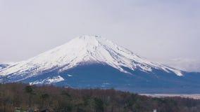 Lago Yamanaka con el fondo del soporte de Fuji y el barco del cisne Foto de archivo libre de regalías
