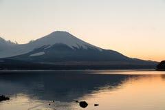 Lago Yamanaka y Mt Fuji Imágenes de archivo libres de regalías