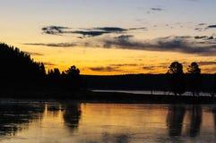 Lago Yellowstone após o por do sol fotografia de stock