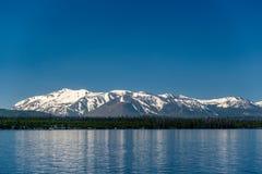 Lago Yellowstone com paisagem das montanhas Fotografia de Stock Royalty Free