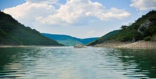 Lago Zaovine na fotografia larga da Sérvia fotos de stock royalty free