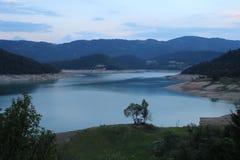 Lago Zaovine na montanha de Tara fotos de stock