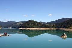 Lago Zaovine na Sérvia da montanha de Tara Imagens de Stock Royalty Free