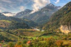 Lago Zaovine, Serbia occidentale - immagine di autunno fotografia stock libera da diritti