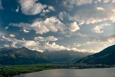 Lago Zeller con le alpi e le nubi Fotografie Stock Libere da Diritti