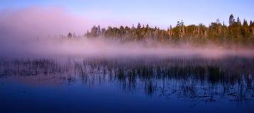 Lago zen con nebbia Immagini Stock