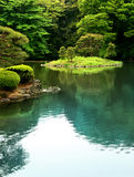 Lago zen em um jardim de Tokyo imagens de stock