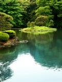 Lago zen en un jardín de Tokio imagenes de archivo